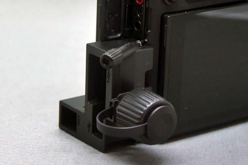 ケーブルの常時接続に備えて端子保護用のカバーも付属する