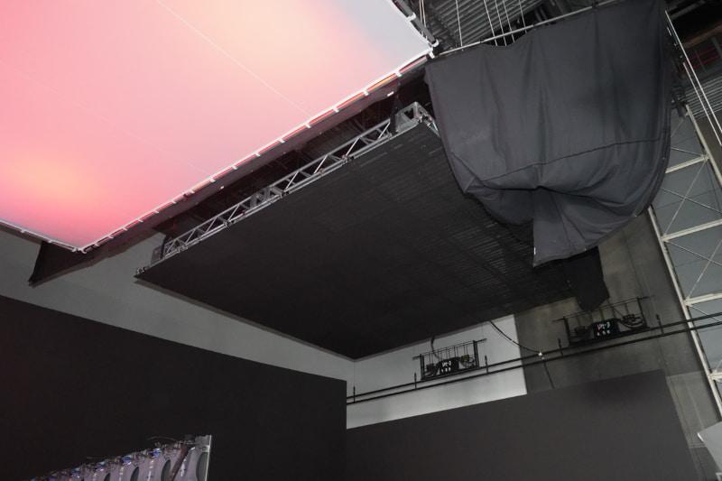 天井にもLEDディスプレイを設置