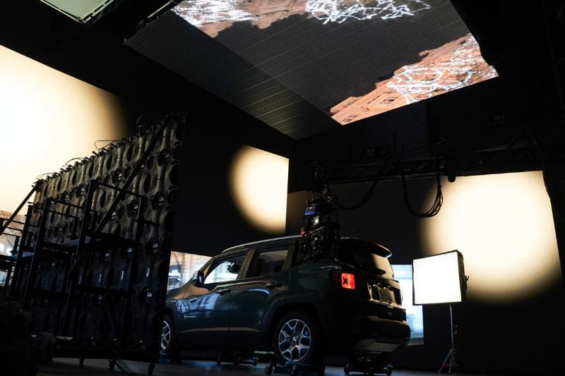 天井のディスプレイからの映像も、車のボンネットや天井などに映り込む