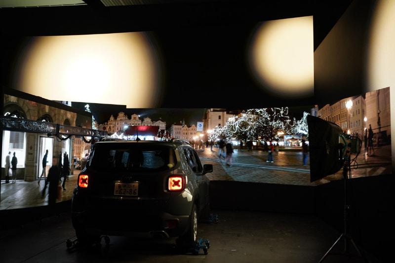 車体にも、夜の街の光が反射している