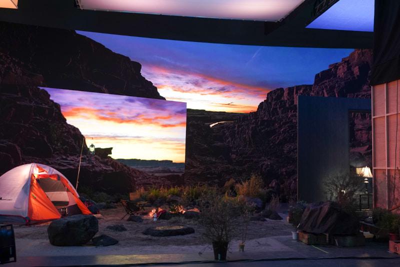 これもキャンプや小道具のバックに、LEDディスプレイを設置して撮影したものだ