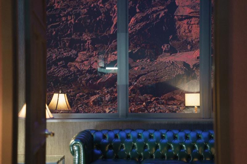 この背景も、LEDディスプレイに表示したもの。本物の映像なので、ビルの光が空気の動きで揺らめくなどの描写も再現される。まったく違う景色を表示する事も可能だ