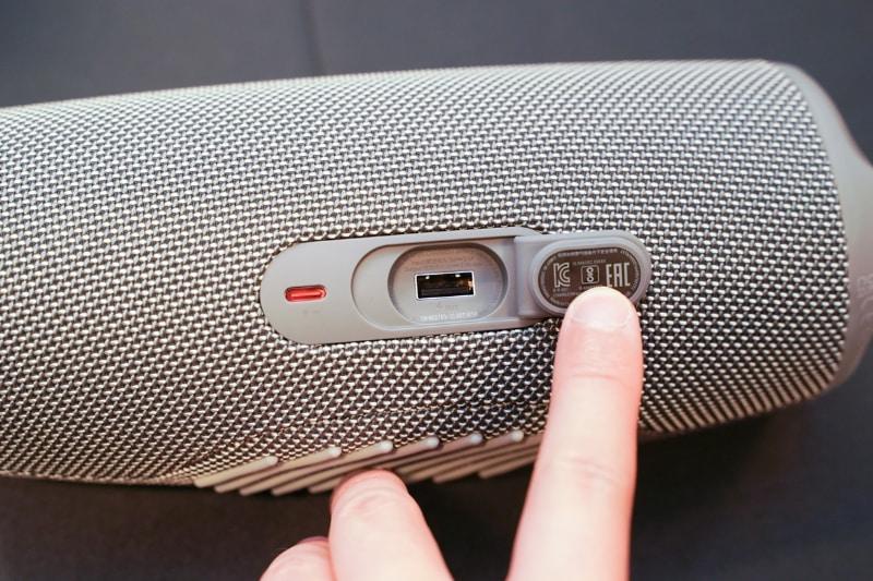 左から、スピーカー充電用端子、電力供給専用USBポート。スピーカー充電用端子のUSB-Cは防水対応