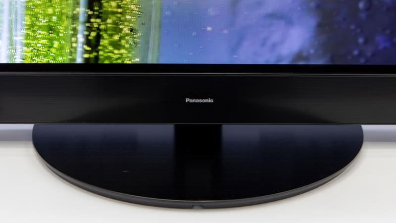 転倒防止スタンド。「より映像に没入してほしい」との狙いから、Panasonicロゴも小さくなったという