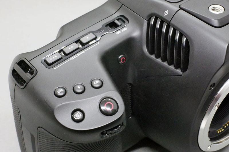 グリップ部に大きな録画ボタン。グリップ奥にも小さな録画ボタンがある