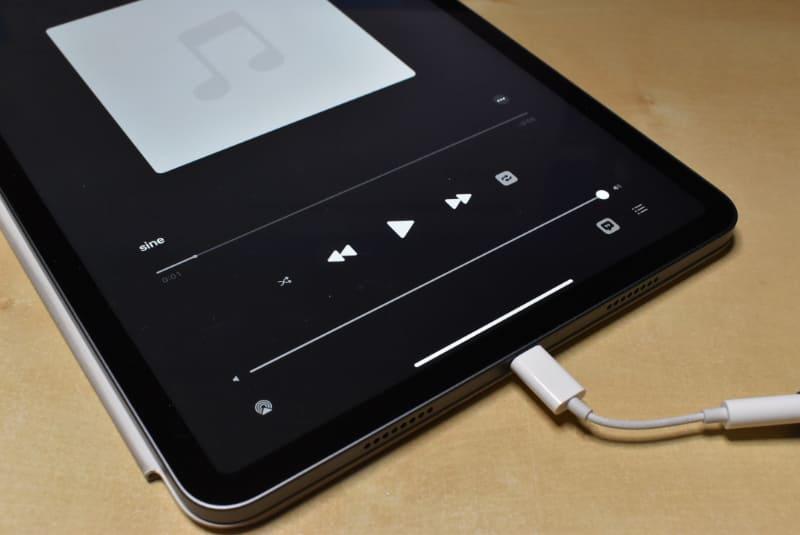 USB-Cのヘッドフォンアダプタを接続