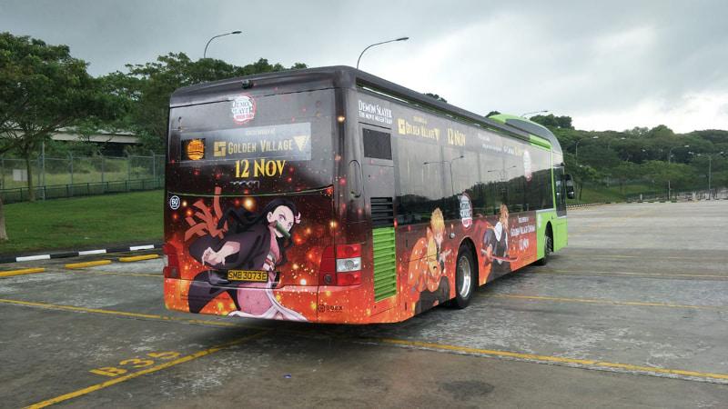 """シンガポールでのラッピングバス<br><span class=""""fnt-70"""">(C)吾峠呼世晴/集英社・アニプレックス・ufotable 配給:東宝・アニプレックス</span>"""