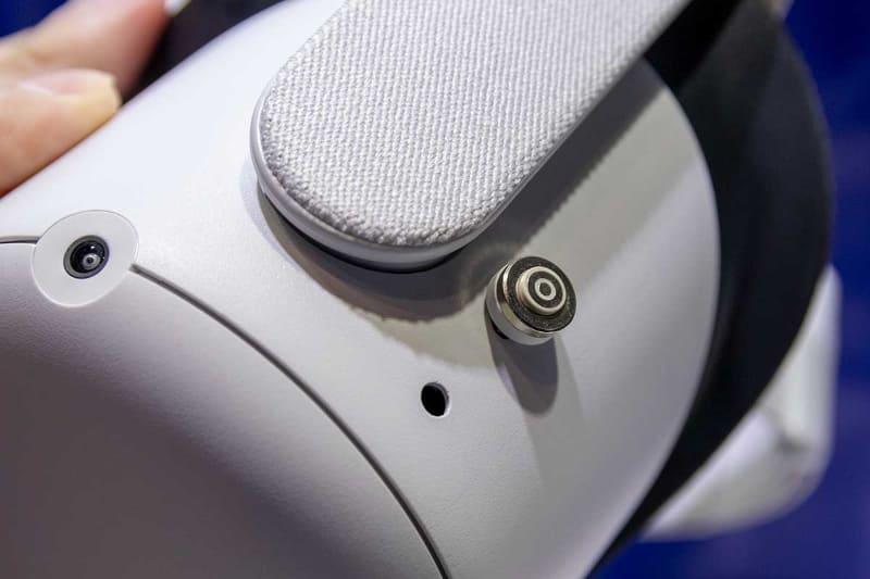 VRヘッドセットのUSB-Cポートに磁気USB-Cプラグを装着する