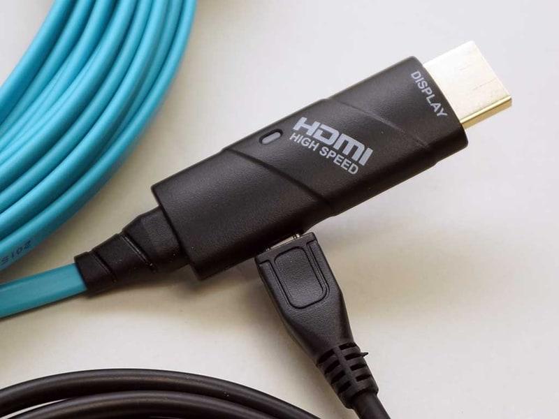 アクティブ型HDMIケーブルは、基本的にはHDMI端子からの給電で動作する。ただし、安定的な信号伝送を確実的なものにするためにUSBケーブルで給電できる製品も多い