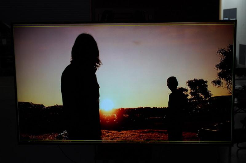 役者がカメラの手前から奥へと歩いてフレームインする事で、画面に奥行きが出せる