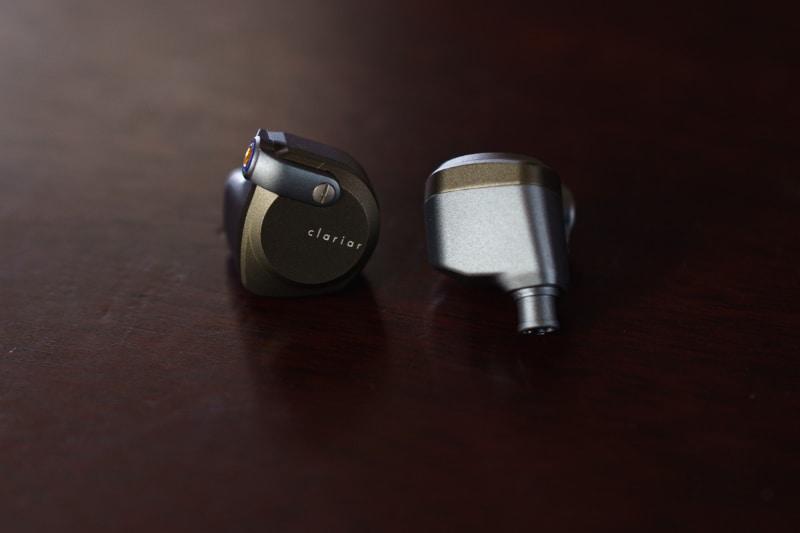 筐体を横から見ると、2つの筐体パーツをアングル形状のアクセントパーツで繋ぎとめているのがわかる