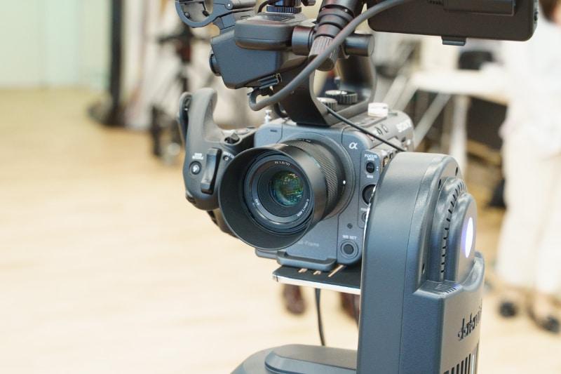 こちらのFX6には、50mm F1.8の写真用レンズが取り付けられている
