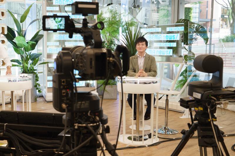 ニュース番組収録のスタジオ