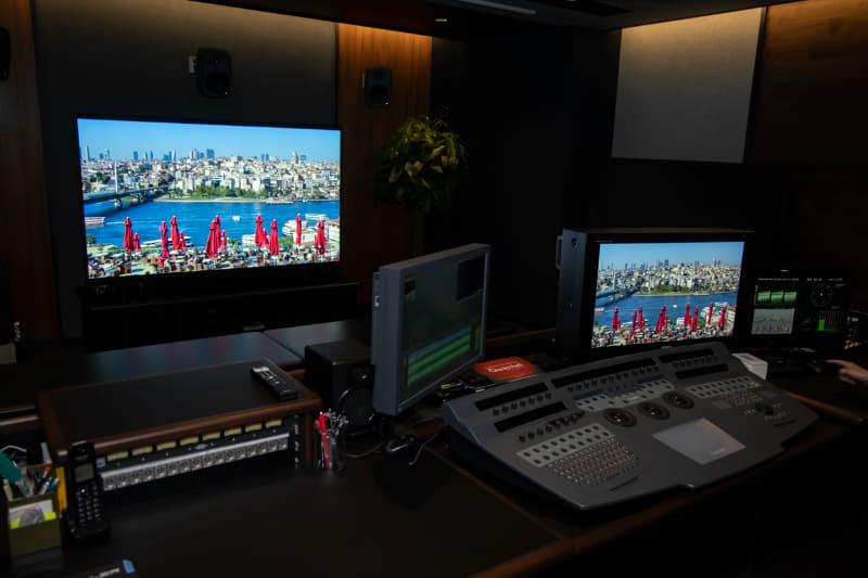 8K編集ルーム(EDIT-1)。写真左にあるのが、ソニーの85型8K液晶ブラビア「KJ-85Z9G」。サラウンドは5.1chで、スピーカーはGenelec製