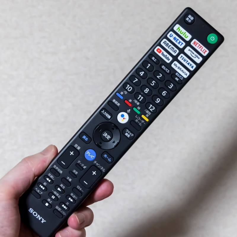 上部に動画配信サービスのボタンが並ぶリモコン