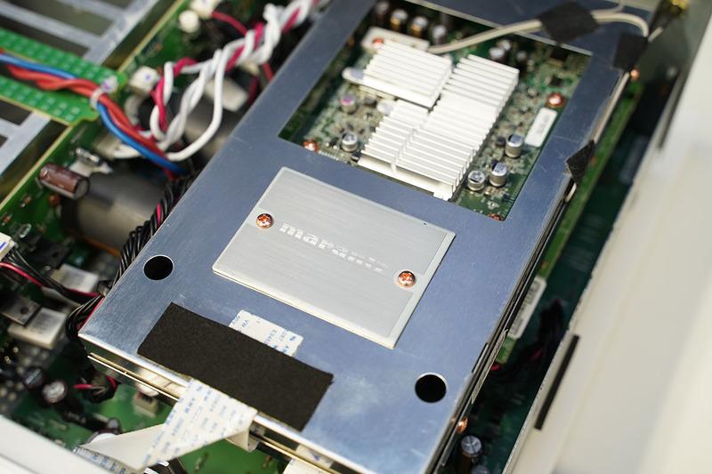 デジタルオーディオ回路がまるごとシールドケースに封入されている。奥のヒートシンクがついている部分が、ネットワーク再生回路だ