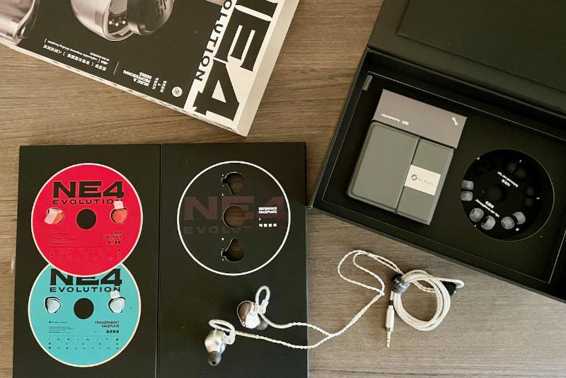 NE4 Evolutionのパッケージ。イヤーピースやキャリングケースも付属する