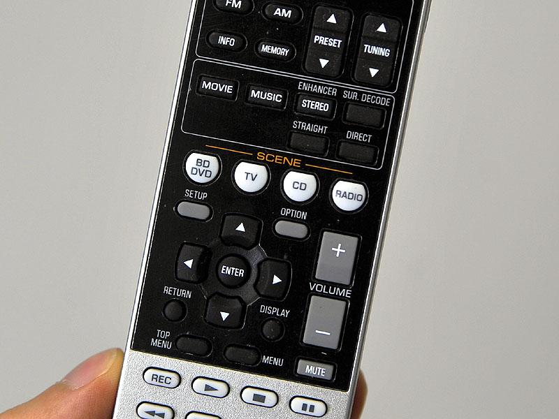 リモコンにもSCENEボタンを用意。白くカラーリングされ、目立つようになっている