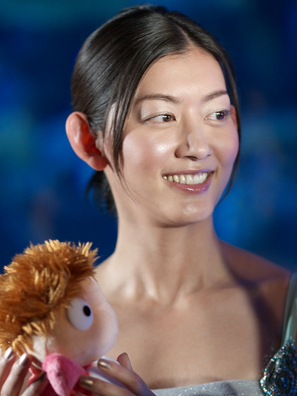佐藤藍子さん。「うちの主人の体型がポニョぽい。おなかのあたりが」と話すと、「おなかのポニョもかわいい?」と聞かれると、「はい」と答えていた