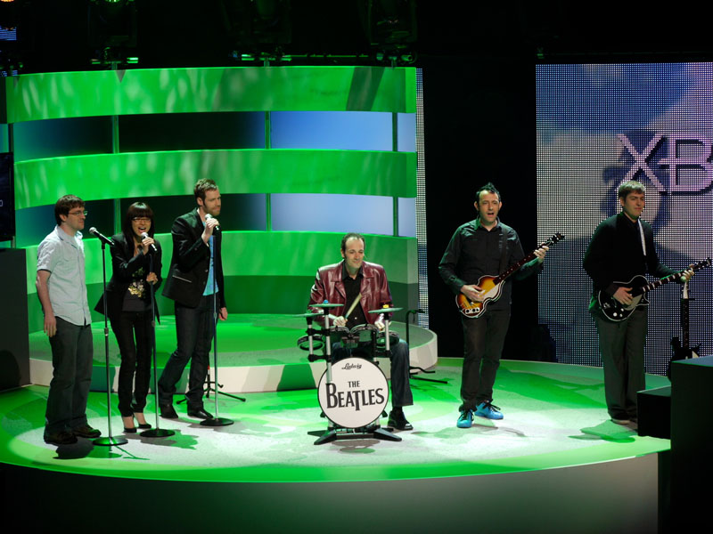Rock Bandにビートルズ版登場。ギターやドラム、マイクなどのコントローラーを使って、実際にバンド感覚で楽曲の演奏が楽しめるのが特徴。ビートルズのオリジナルアルバムの曲が、そのまま収録されている
