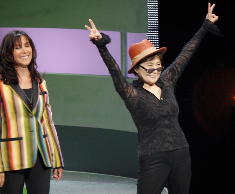 オノ・ヨーコ(右)と、オリビア・ハリスン(左)がまず登場。会場はこの時点ですでに大変な騒ぎだったが、まさかこのあとまた驚くことになるとは……
