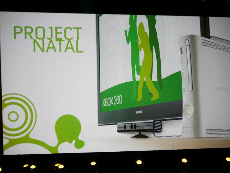 ディスプレイの下にある、小さな棒状のカメラが、Project NATALのためのセンサーカメラ。これまでのゲーム用センサーに比べ、かなり高機能なものになっているようだ