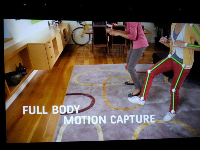 Project NATALの紹介ビデオより。手をハンドル的に動かせば、その動きを読み取って車が走る。周囲に人がいても、それで誤動作することはない。人の体全体を「モーションキャプチャ」するようなイメージなので、動きそのものをゲームの操作に生かせる。また、カメラとしての機能もあるので、テクスチャの撮影や、ビデオ電話にも使える