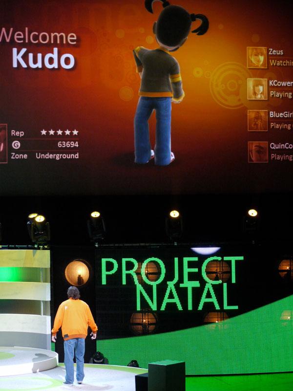 上の画面が操作中の、下の人がNATALで操作をしている。アバターが、ほぼ同じポーズをしているのに注目