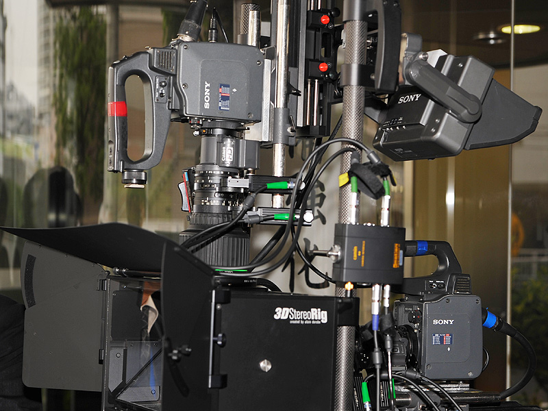 箱の真後ろに1台(写真では右)、そして箱の上にもレンズとカメラが接続されているのがわかる