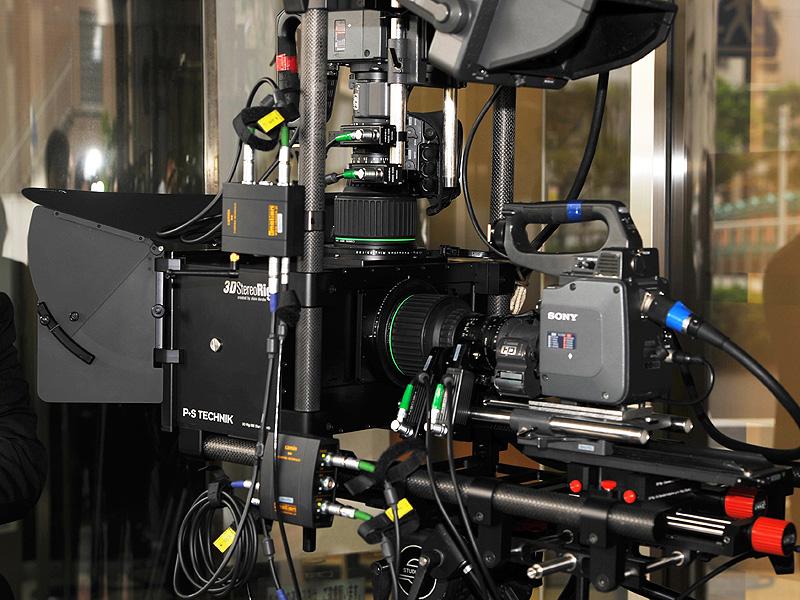 カメラはレールの上に載っており、移動可能。上部のカメラも移動でき、目幅が調節できる。ちなみにフルHD撮影する写真のシステム全体で3,000万円程度