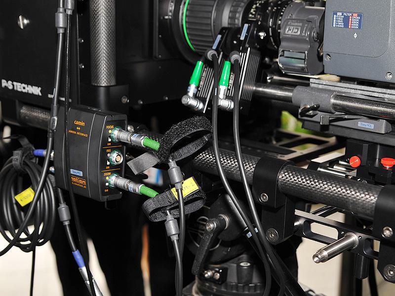左側にあるユニットがフォーカス/ズーム連動制御装置。装置から伸びるケーブルがカメラレンズのフォーカス/ズームリング部に取り付けられている