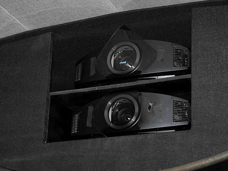 BRAVIA SXRDプロジェクタをスタック。レンズ前にフィルタを貼っている