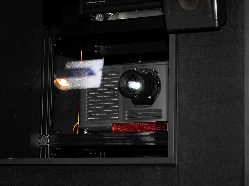 3D投写を行なう2K DLPシネマプロジェクタ