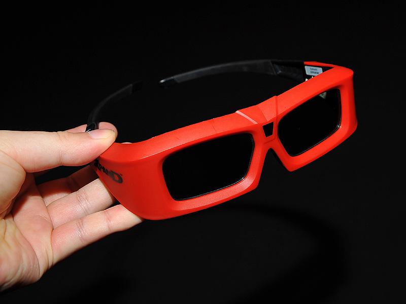 観賞する時は液晶シャッター型のアクティブ眼鏡を装着する