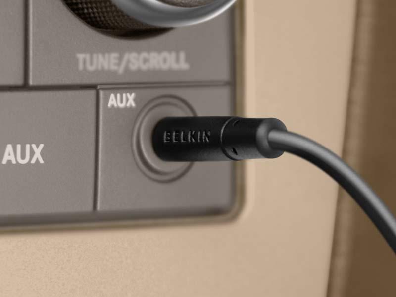 ステレオミニケーブルを搭載。カーオーディオのAUX入力に接続