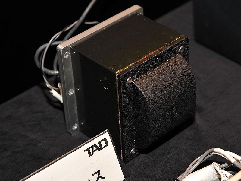 トランス部。10mm厚のアルミニウム制振板が付いている