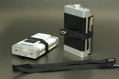 <SMALL><FONT size=2>左が数量限定のホワイトバージョン「iQube V2 SE」。右が通常の「V2」。iPodなどのプレーヤーは付属しない</FONT></SMALL>