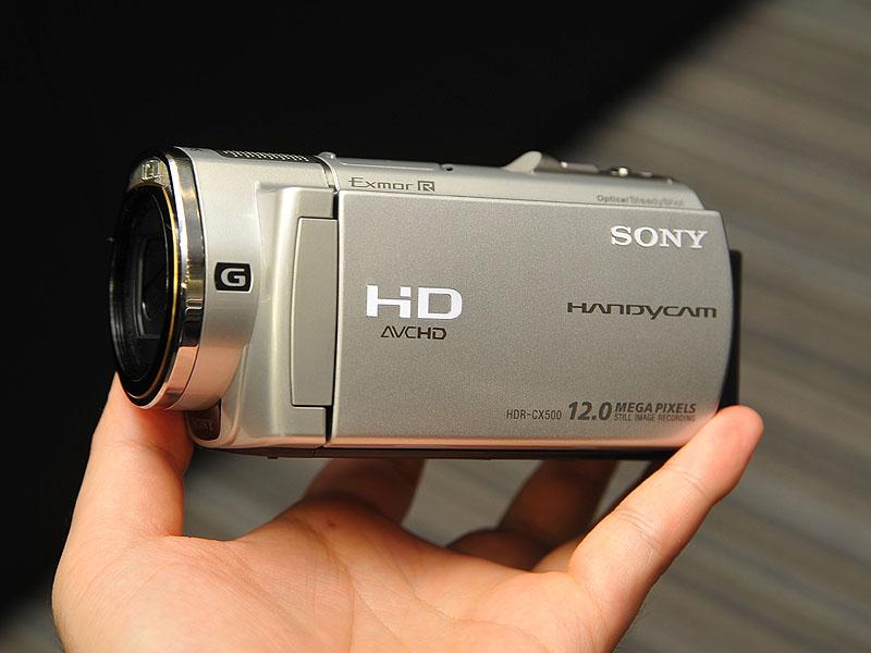 32GBメモリを内蔵したシルバーモデル「HDR-CX500V」