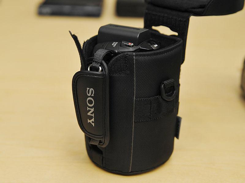 蓋をあけてカメラを縦向きに、レンズ側から挿入