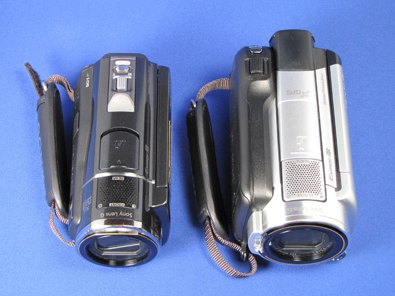 HDDモデル「XR500V」(右)と比較。だいぶ小さくなっている