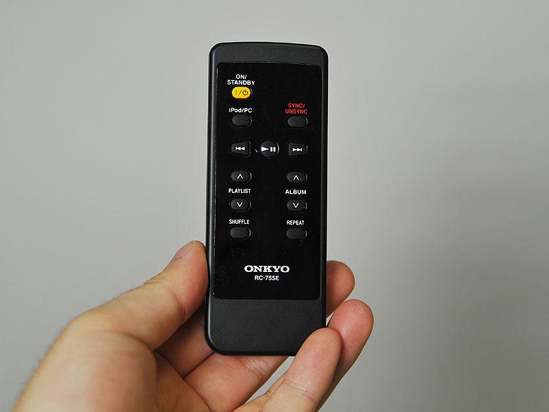 付属のリモコン。本体のボタンより機能が豊富だ