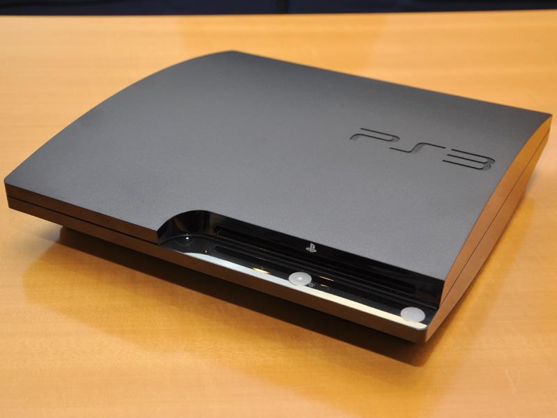 新PS3「CECH-2000A」。大幅にデザインが変更され、薄く小さくなった