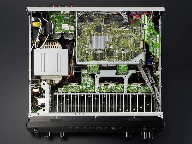 シャーシにはメタル・アシスト・ホリゾンタルFBを使用。フレーム部を強化する金属製補強ビームを装備し、ねじれ変形を防止している