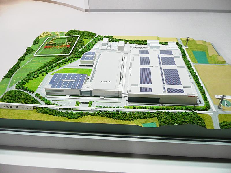 シャープ亀山工場の模型。左側が亀山第1工場、右側が亀山第2工場