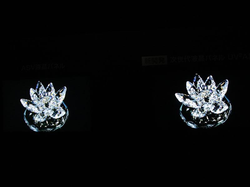 発表会場では40型パネルを用いたデモも行なわれた。写真では伝わりづらいが、夜景のシーンなどでは、明らかに新方式(右側)において黒が締まっていることが確認できた