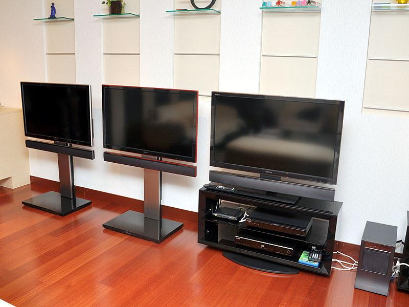 W5シリーズのカラーバリエーション。テレビ下部に装着しているのがHT-CT500のサテライトスピーカー