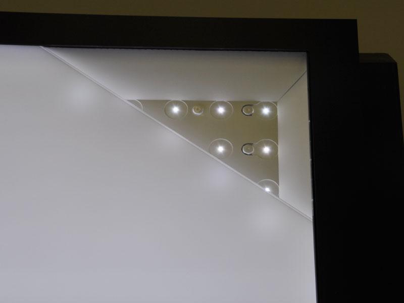 LEDバックライトを採用。バックライトの数は非公開
