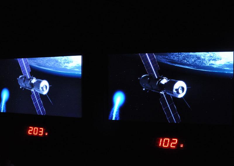 従来パネル(左)とUV2A(右)の比較。黒の沈みの向上のほか開口率アップによる消費電力低減、ピーク輝度向上などが図られた