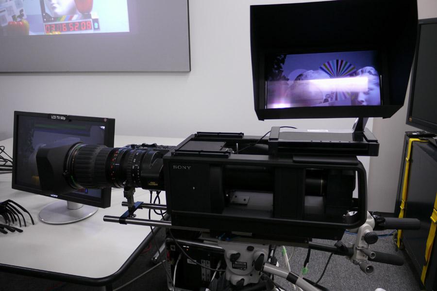 HFR Comfort-3D対応のカメラ。有機ELテレビには左右用映像を画素加算した映像が映し出されてる。視差の大きな通常の3Dカメラでは2D映像としては通用しないが、このカメラは1ピクセル前後(あるいはそれ以下)の視差しかないため、重ねても違和感なくそのまま見ることができる