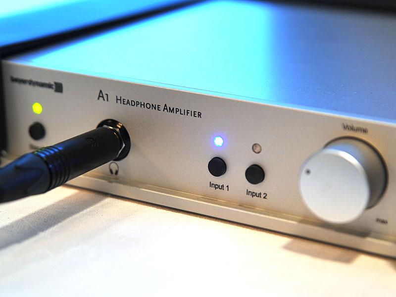 A1の前面。ヘッドフォン出力は標準プラグ用を1系統装備する